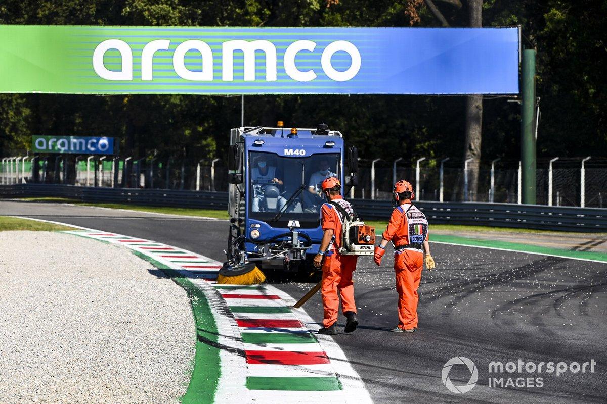 Los oficiales barren la grava del circuito