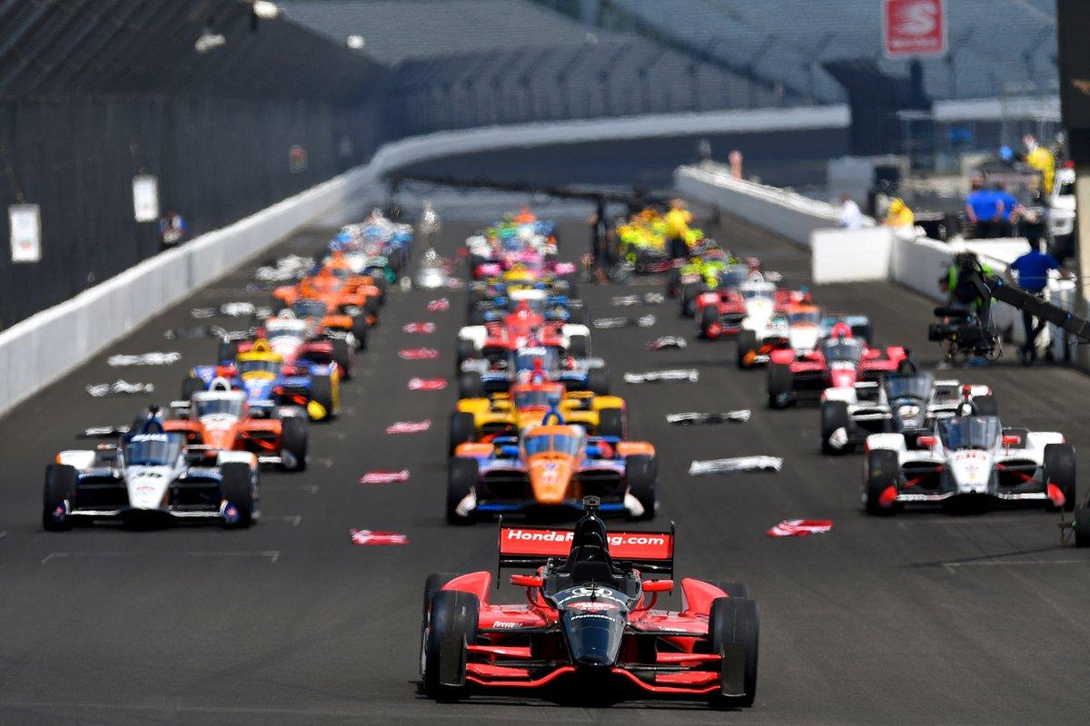Los pilotos esperan antes de que empiece la Indy 500.