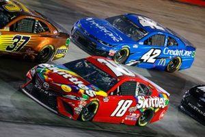 Kyle Busch, Joe Gibbs Racing, Toyota Camry Skittles, Matt Kenseth, Chip Ganassi Racing, Chevrolet Camaro Credit One Bank