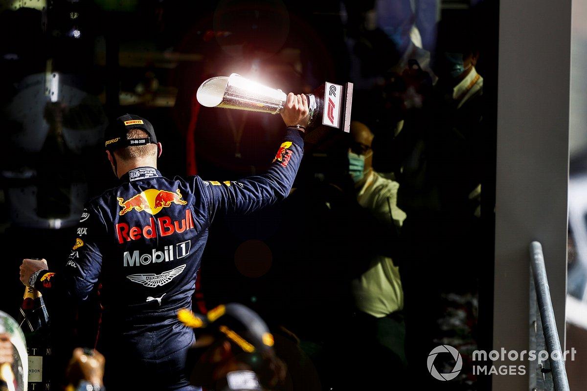 Max Verstappen, Red Bull Racing, terzo posto, lascia il podio con il trofeo in mano