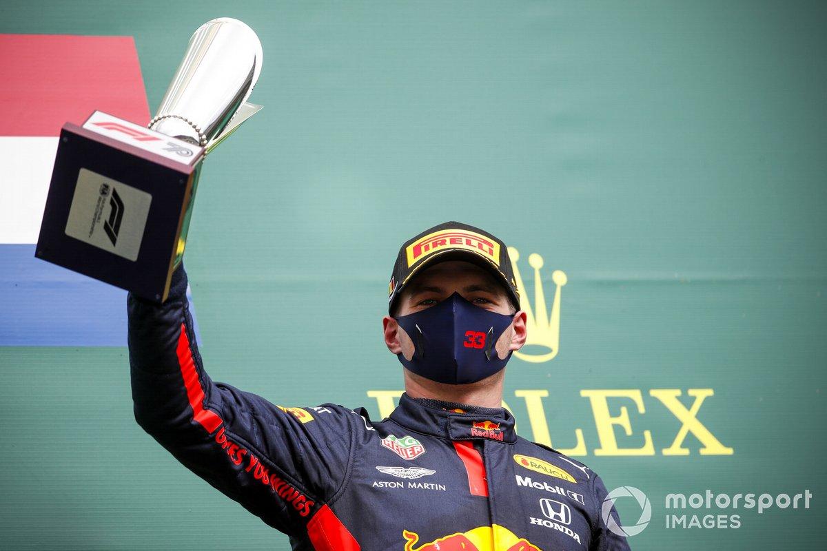 Max Verstappen, Red Bull Racing festeggia sul podio con il trofeo