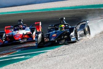 Oliver Rowland, Nissan e.Dams, Nissan IMO2 gets onto the gravel ahead of Jérôme d'Ambrosio, Mahindra Racing, M6Electro