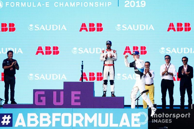 Maximilian Gunther, BMW I Andretti Motorsports, 2° classificato, festeggia sul podio