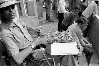 Un time keeper con una serie di cronometri, alla 24 ore di Le Mans del 1965