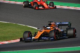 Carlos Sainz Jr., McLaren MCL34, leads Sebastian Vettel, Ferrari SF90