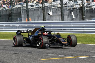 Kevin Magnussen, Haas F1 Team VF-19, heads to the pits with damage after crashing in Q1