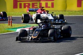 Romain Grosjean, Haas F1 Team VF-19, devant Kimi Raikkonen, Alfa Romeo Racing C38
