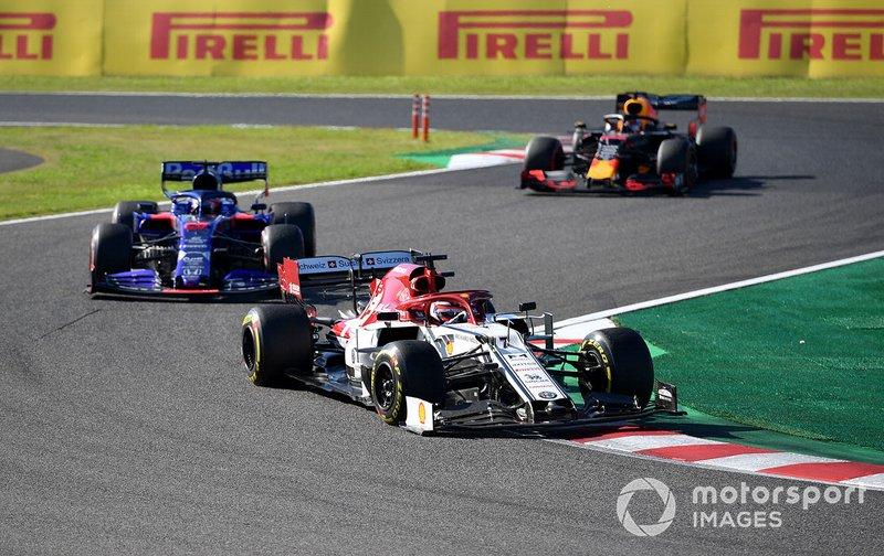 Kimi Raikkonen, Alfa Romeo Racing C38, leads Daniil Kvyat, Toro Rosso STR14, and Max Verstappen, Red Bull Racing RB15
