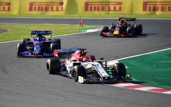 Kimi Raikkonen, Alfa Romeo Racing C38, leads Daniil Kvyat, Toro Rosso STR14, and Max Verstappen, Red Bull Racing RB15