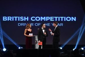 Dario Franchitti op het podium om de British Competition Driver of the Year Award uit te reiken