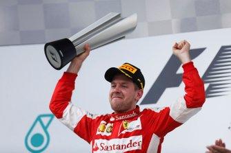 Podio: ganador de la carrera, Sebastian Vettel, Ferrari