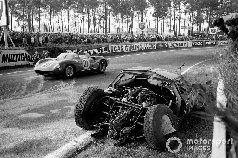 Crash: David Hobbs, Richard Attwood, Lola Cars, Lola Mk6 GT-Ford