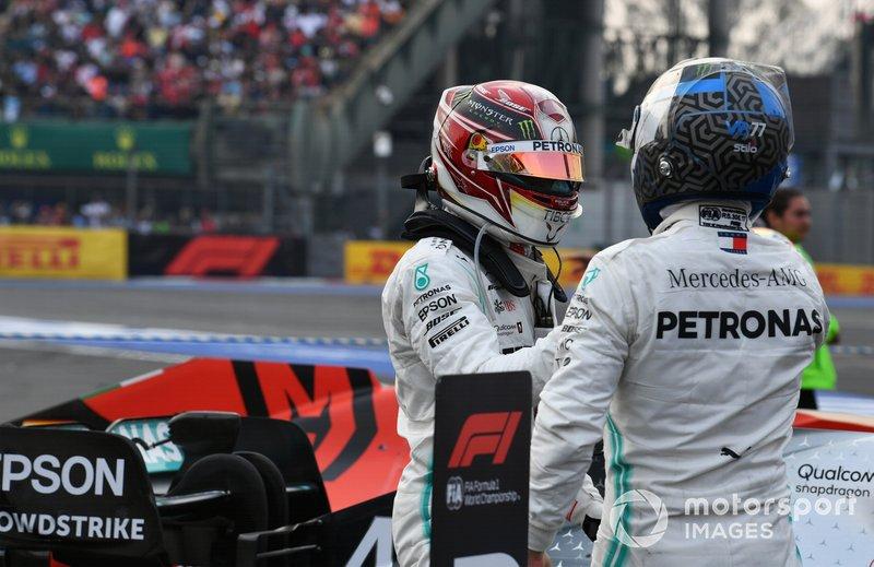 Valtteri Bottas, Mercedes AMG F1, terzo classificato, si congartula con Lewis Hamilton, Mercedes AMG F1, primo classificato, al Parc Ferme