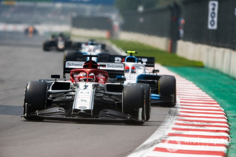Kimi Raikkonen, Alfa Romeo Racing C38, precede Robert Kubica, Williams FW42