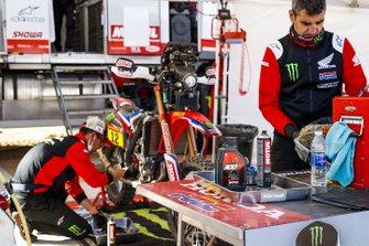 Miembros del Monster Energy Honda Team, trabajando