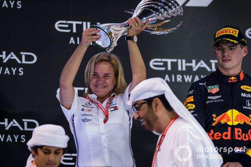 Britta Seeger, miembro de la junta directiva de Daimler AG, Mercedes-Benz Cars Mercadeo y Ventas, recibe el trofeo al constructor ganador del GP de Abu Dhabi.