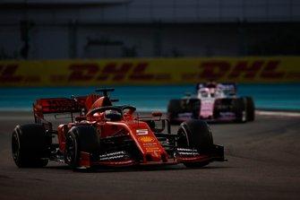 Sebastian Vettel, Ferrari SF90, devant Sergio Perez, Racing Point RP19