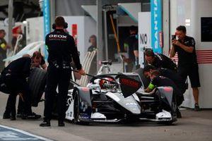 Pit stop for Brendon Hartley, Dragon Racing, Penske EV-4