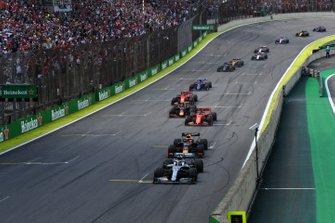 Lewis Hamilton, Mercedes AMG F1 W10, Max Verstappen, Red Bull Racing RB15, Sebastian Vettel, Ferrari SF90, Alexander Albon, Red Bull RB15, Charles Leclerc, Ferrari SF90, y el resto cuando finaliza el primer período del Coche de Seguridad