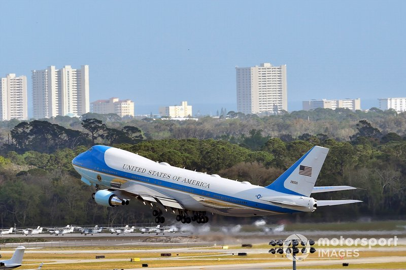 Donald J Trump, el Presidente de Estados Unidos y Grand Marshall para la Daytona 500 se va en su Air Force One
