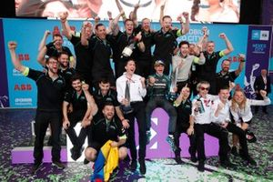 James Barclay, directeur d'équipe, Panasonic Jaguar Racing, Mitch Evans, Jaguar Racing célèbrent la victoire avec leur équipe sur le podium