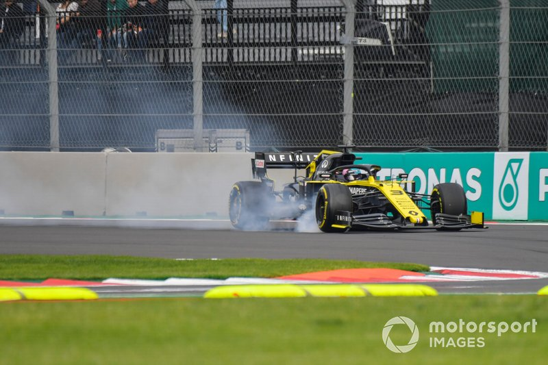 Daniel Ricciardo, Renault F1 Team R.S.19 locks a front wheel