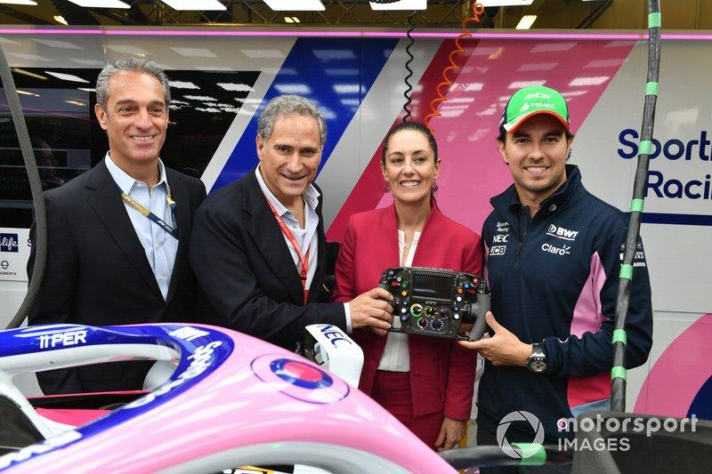 Генеральный директор CIE Алехандро Соберон Кури, мэр Мехико Клаудия Шейнбаум и гонщик Racing Point F1 Team Серхио Перес