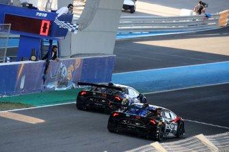 #31 Jonathan Cecotto, Frederik Schandorff, Target Racing, battono in volata #101 Sandy Mitchell, Andrea Amici, Prestige Performance