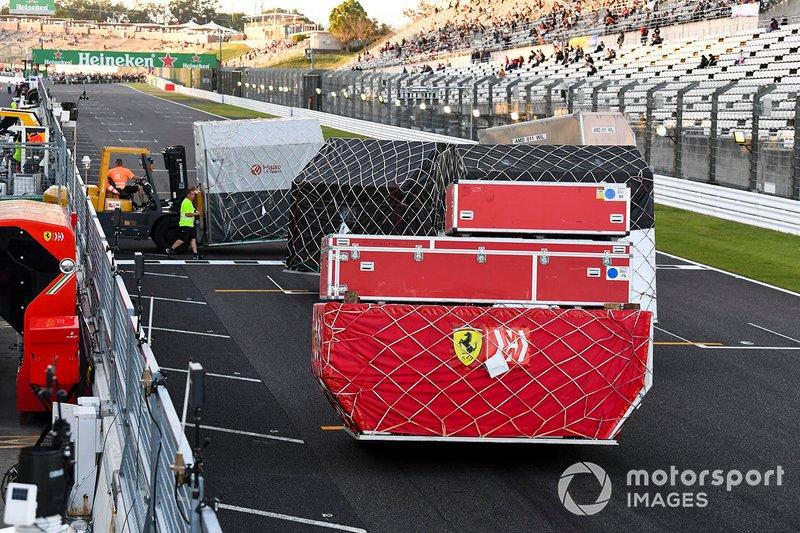 De l'équipement Ferrari est prêt au transport