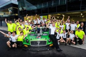 Winnaar #7 Bentley Team M-Sport Bentley Continental GT3: Jules Gounon, Maxime Soulet, Jordan Pepper met het team