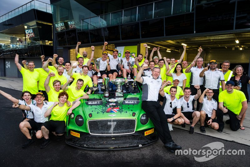 Il vincitore #7 Bentley Team M-Sport Bentley Continental GT3: Jules Gounon, Maxime Soulet, Jordan Pepper con il team
