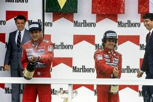 Podio: segundo lugar Ayrton Senna, McLaren, con el ganador de la carrera Alain Prost, McLaren