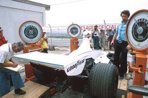 Comprobando las pesas de las esquinas de Brabham