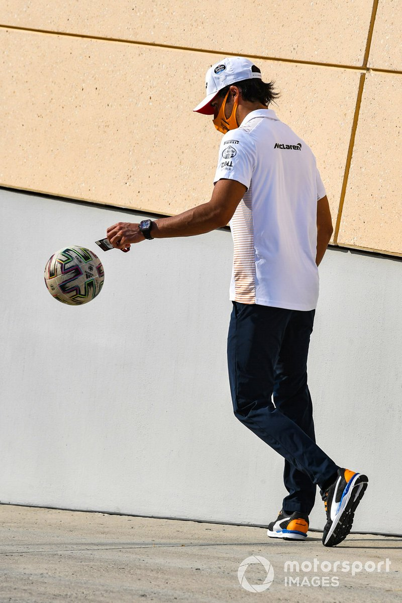Carlos Sainz Jr., McLaren, con un balón de fútbol