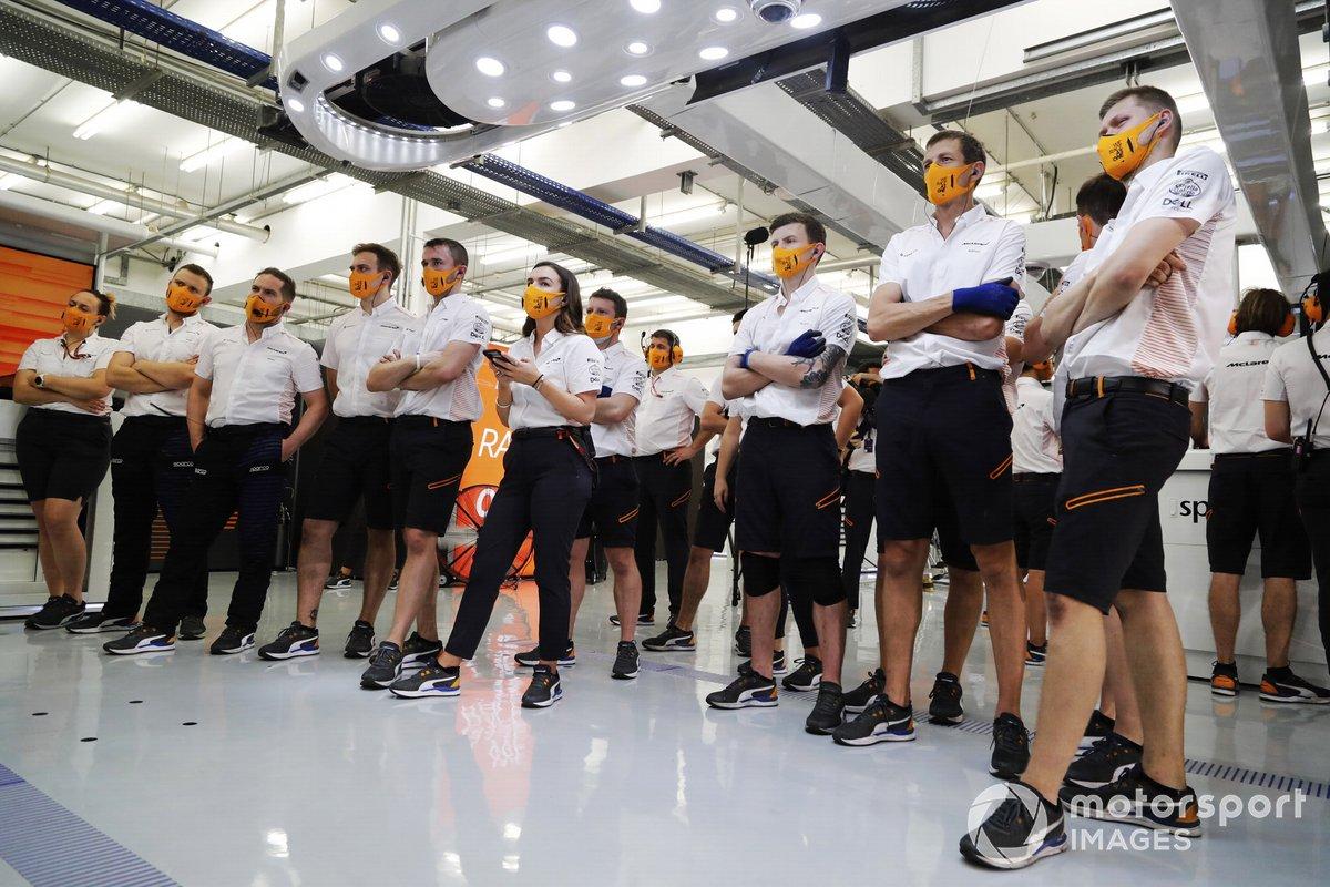 El equipo McLaren sigue la acción en los monitores durante la clasificación