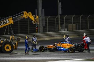Les commissaires retirent la monoplace de Carlos Sainz Jr., McLaren MCL35