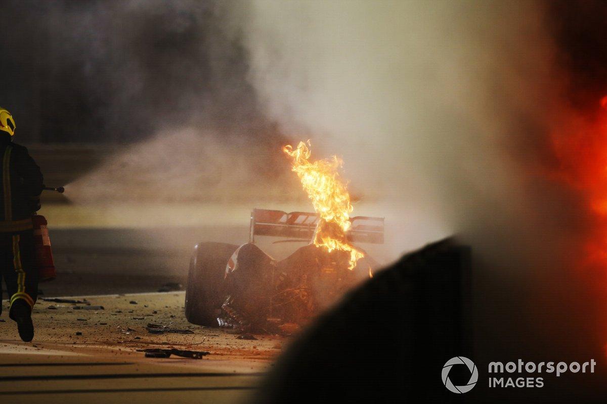 Un bombero extingue las llamas del monoplaza de Romain Grosjean, Haas VF-20.
