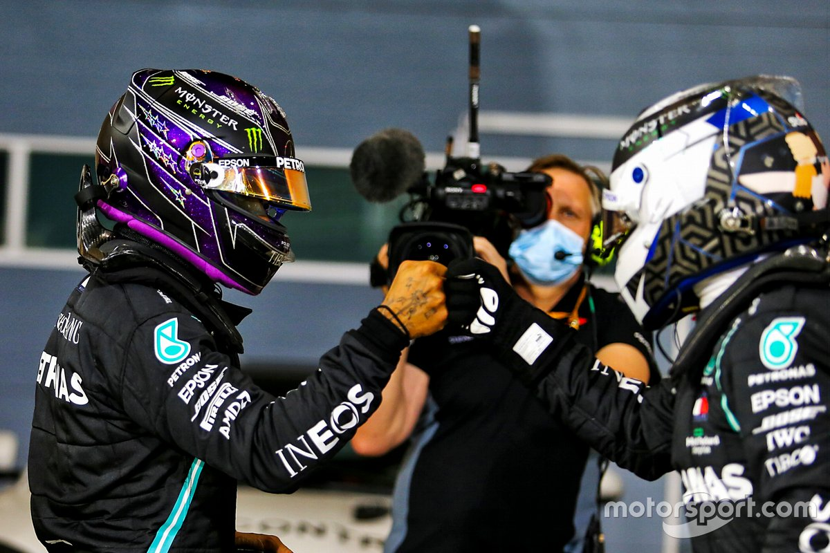 Ganador de la pole Lewis Hamilton, Mercedes, segundo Valtteri Bottas, Mercedes