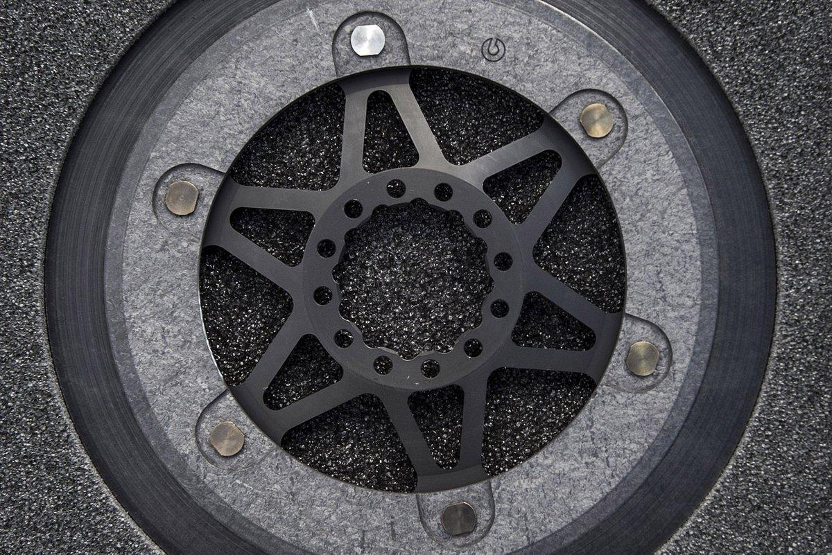Dettaglio del disco freno Brembo in carbonio a fascia alta