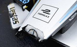 Il muso danneggiato dell'auto di Stoffel Vandoorne, Mercedes-Benz EQ, EQ Silver Arrow 02, 3a posizione, in Parco chiuso