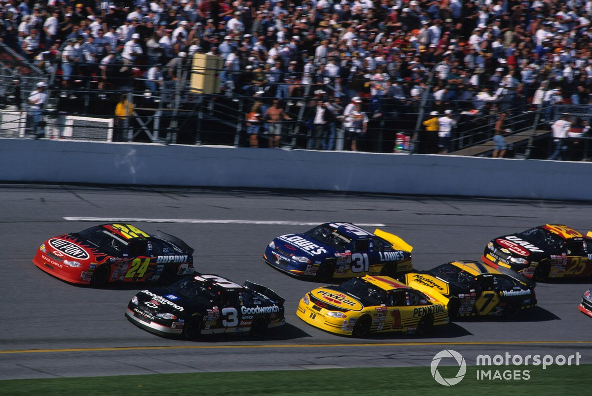 Dale Earnhardt leads Jeff Gordon in 2001 Daytona 500