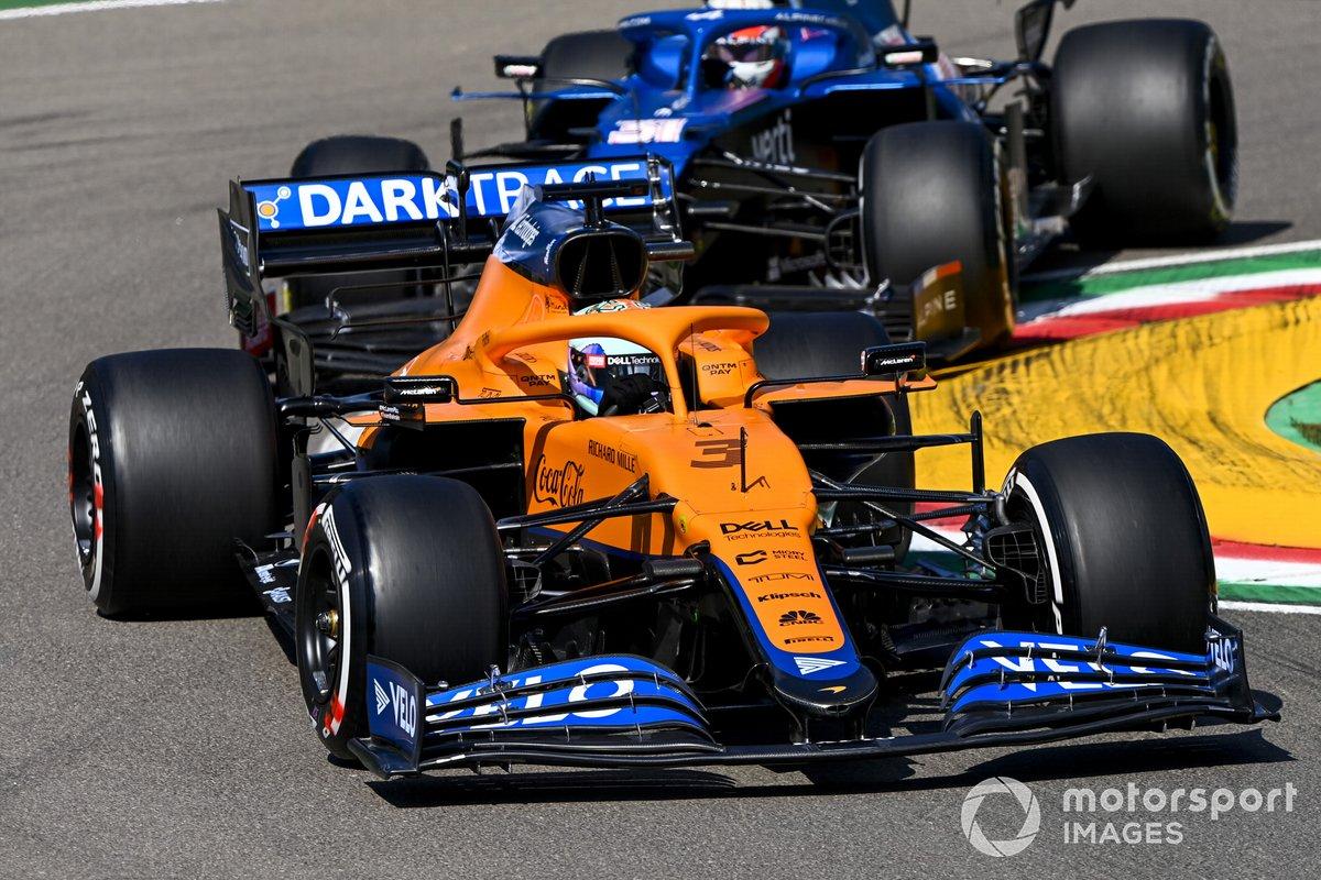 Daniel Ricciardo, McLaren MCL35M, Esteban Ocon, Alpine A521
