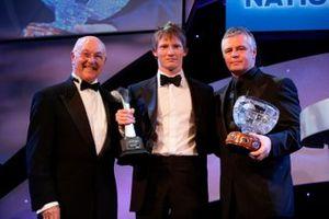 El ganador del Premio Nacional de Pilotos de Carrera, Mike Conway, con Murray Walker y Derek Warwick