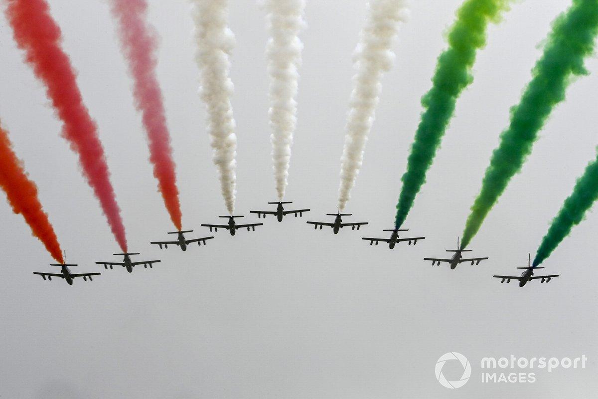 Los aviones Frecce Tricolori sobrevuelan antes de la salida en sus jet trainers Aermacchi MB339A