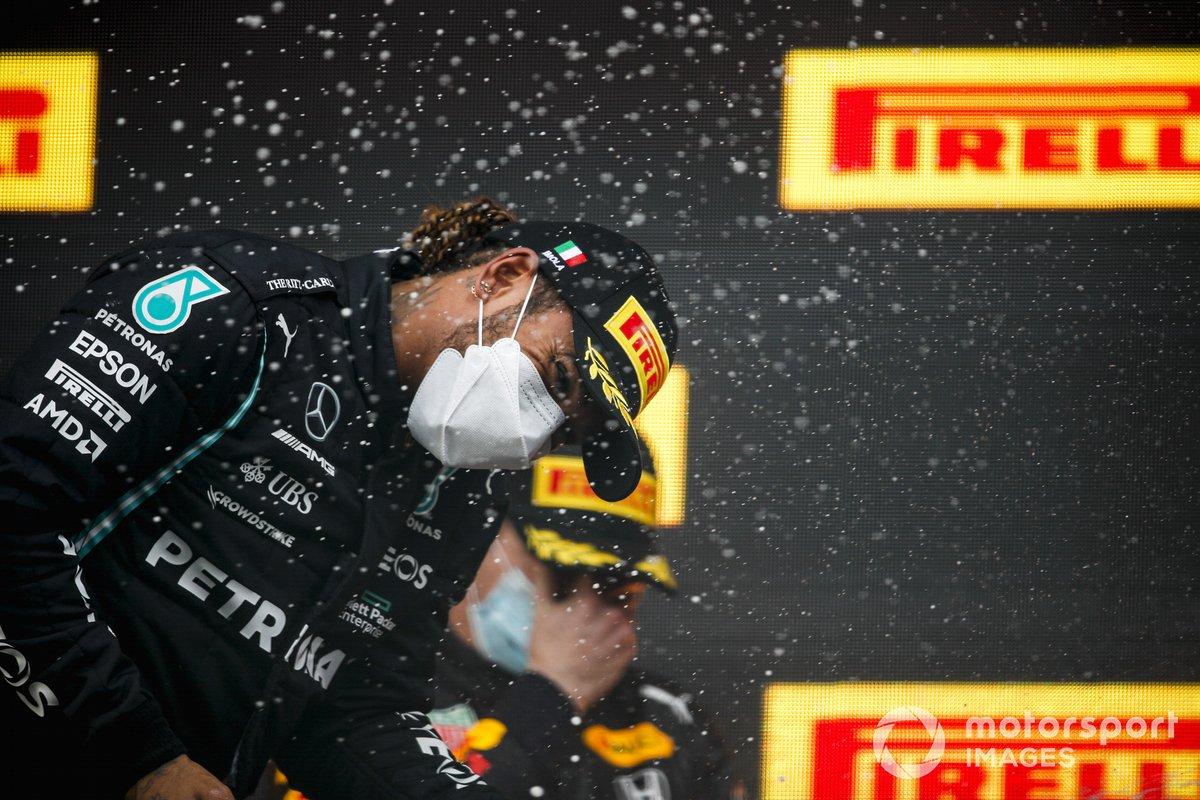 Lewis Hamilton, Mercedes festeggia sul podio con lo champagne