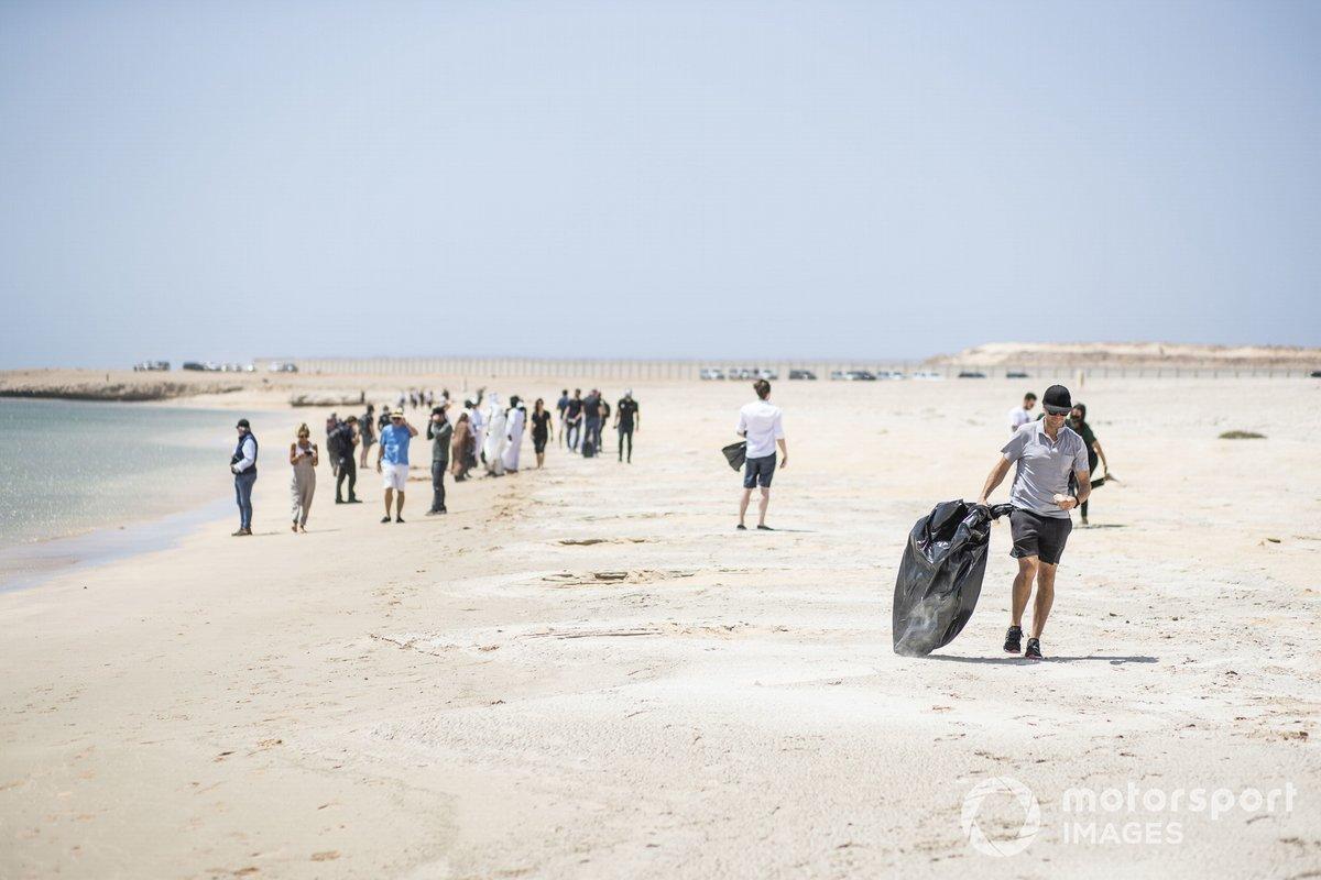 TLahe Extreme E limpia una playa