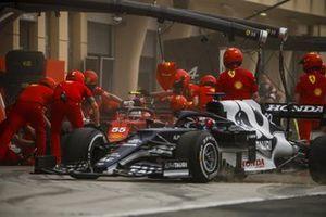 Yuki Tsunoda, AlphaTauri AT02 and Carlos Sainz Jr., Ferrari SF21