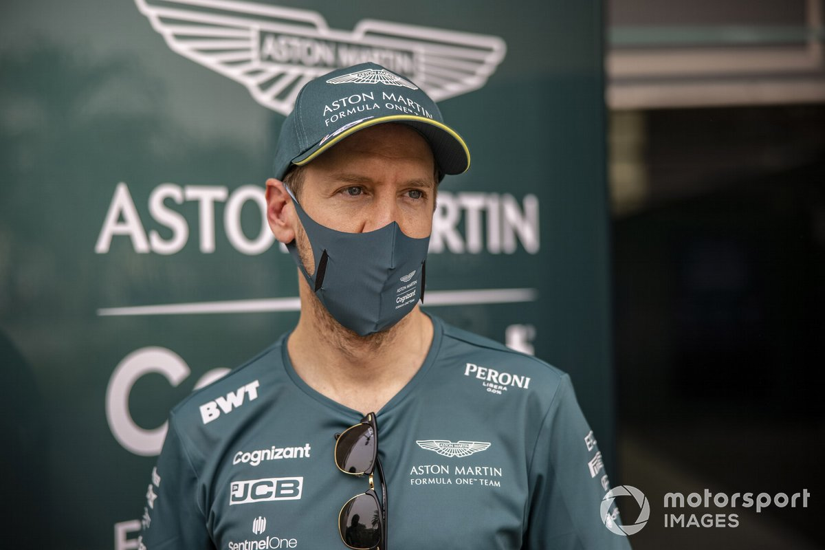 Sebastian Vettel, Aston Martin, parla con i media