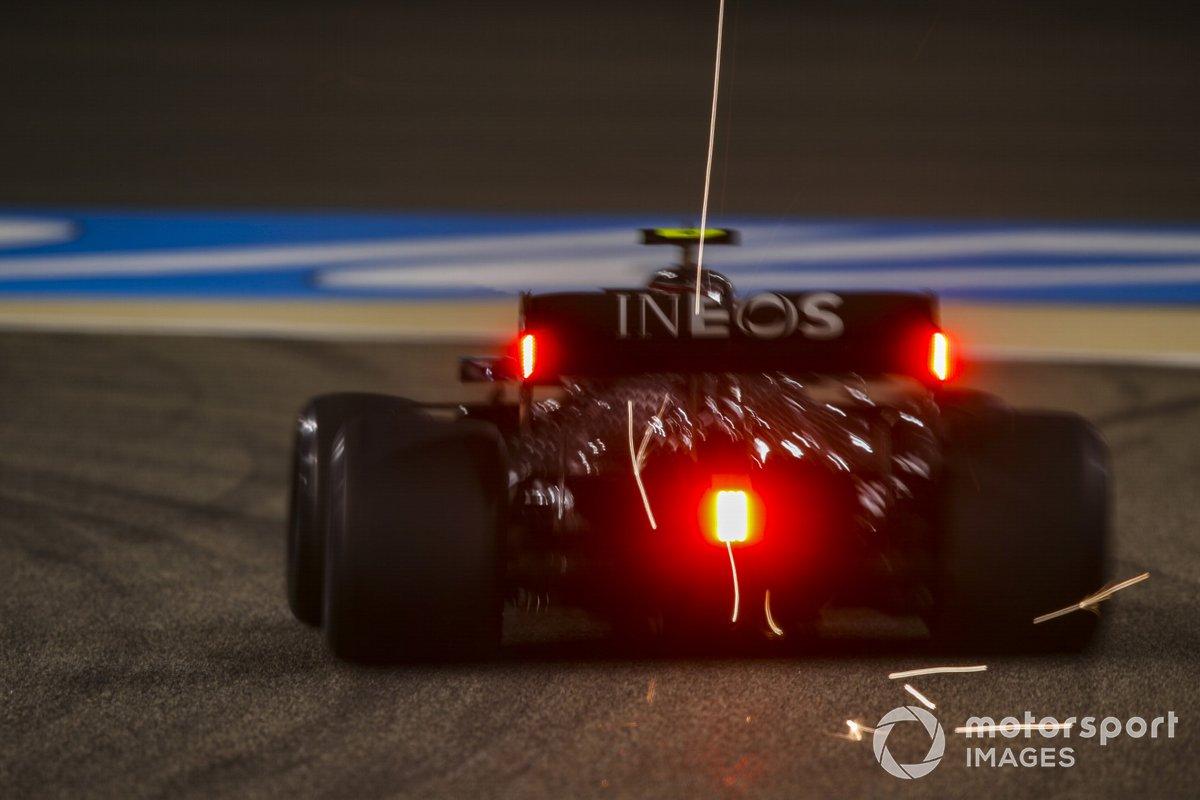 Scintille volano dal retrotreno dell'auto di Valtteri Bottas, Mercedes F1 W11