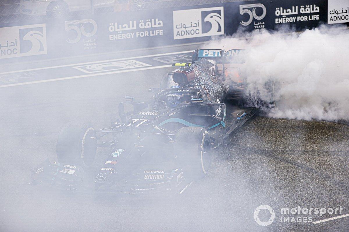 Valtteri Bottas, Mercedes F1 W11, 2ª posición, realiza unos donuts de celebración